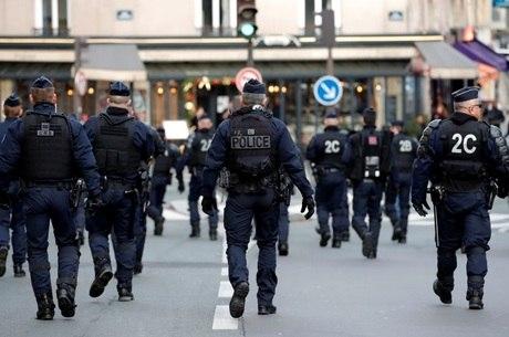 Dezenas de policiais foram feridos nas manifestações