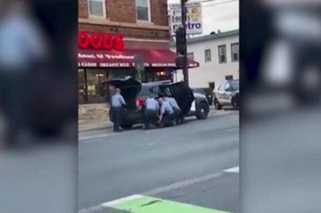 Vídeo mostra três policiais contendo George Floyd