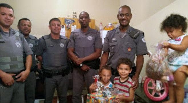 Policiais militares doam alimentos e brinquedos para crianças carentes