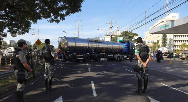 A polícia e o Exército têm escoltado caminhões de combustíveis para garantir o abastecimento de postos, mas ainda há escassez para o consumidor