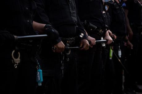 NY proíbe polícia de usar chave de estrangulamento