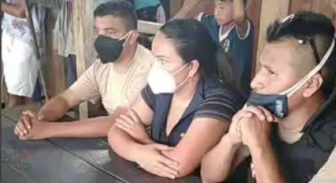 Policiais detidos por indígenas que cobram corpo de líder que morreu de covid-19