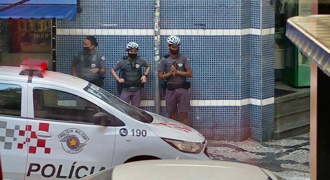 Policiais com câmeras acopladas ao corpo durante atendimento de ocorrência
