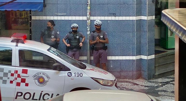 Policiais passaram a usar câmeras presas aos uniformes para registro de abordagens