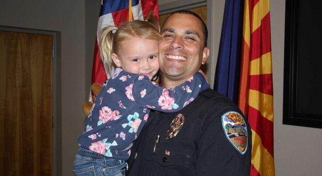 Policial adotou menina de quem cuidou em seu trabalho