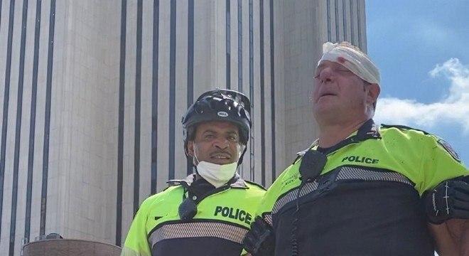 Policial agredido na ponte do Brooklyn, em Nova York, é ajudado por colega