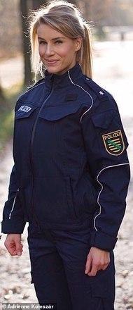 Adrienne é policial em Dresden, na Saxônia, e com o sucesso de seu Instagram, ela pediu uma licença de seis meses, em julho, para cuidar da carreira alternativa e curtir a vidaLEIA ISSO:Modboy: de garoto 'leite com pera' a 'jovem mais modificado do mundo'