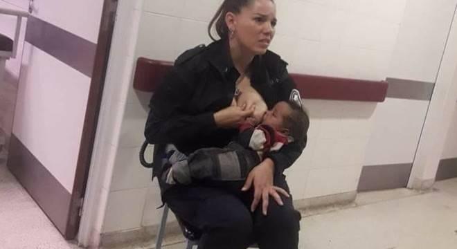 Argentina: policial que amamentou bebê abandonado é promovida