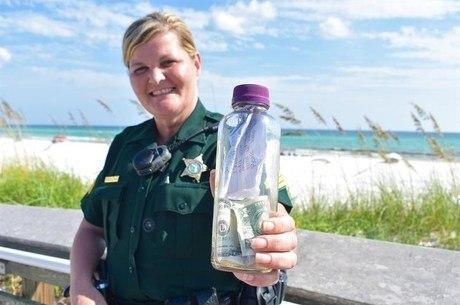 A policial entregou a garrafa para o capitão de um navio