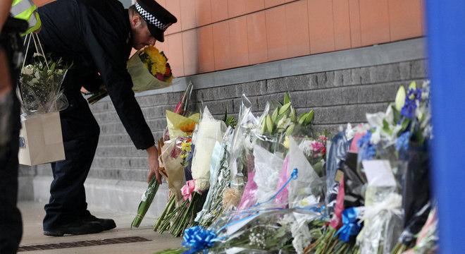 Policiais deixam flores em homenagem a policial morto dentro de centro de custódia