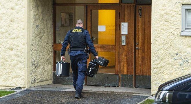 Policial em frente ao prédio de apartamentos, no dia 1º de dezembro