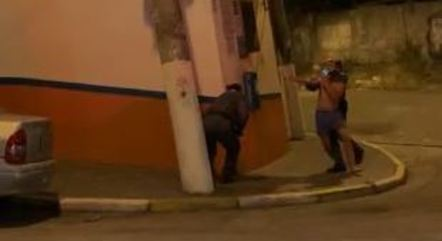 Policial militar dá mata leão em suspeito
