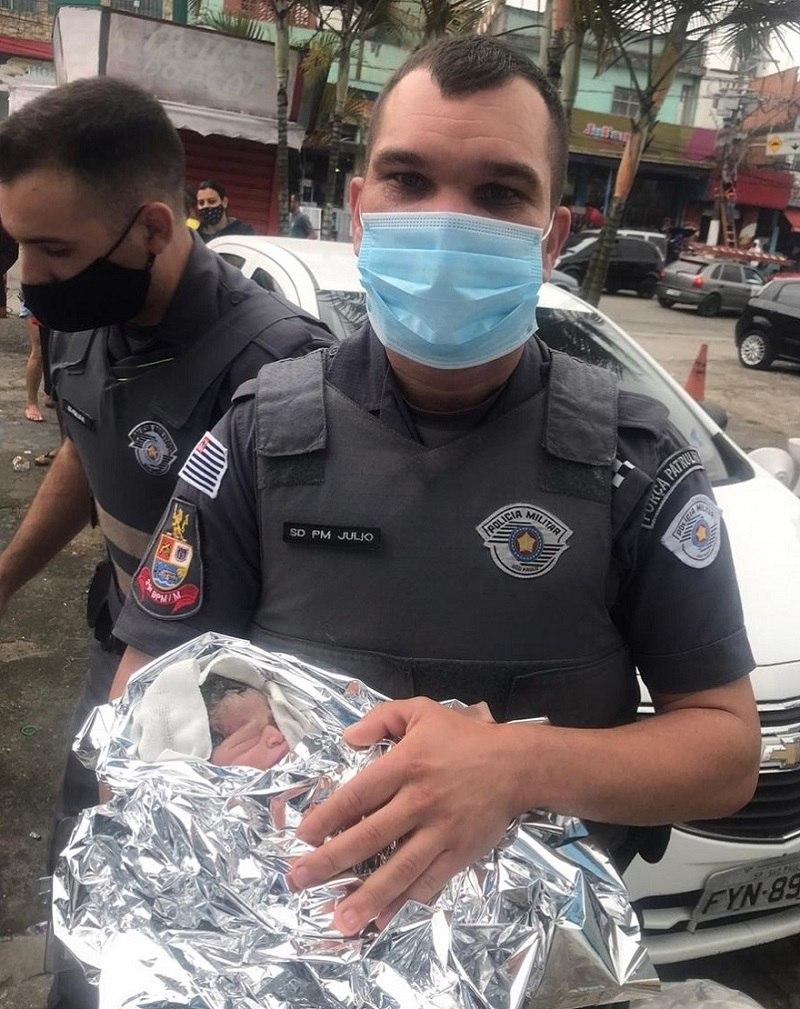 Policial com a bebê Kiara