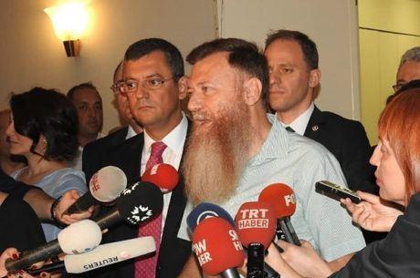 Atici manteve barba como forma de protesto