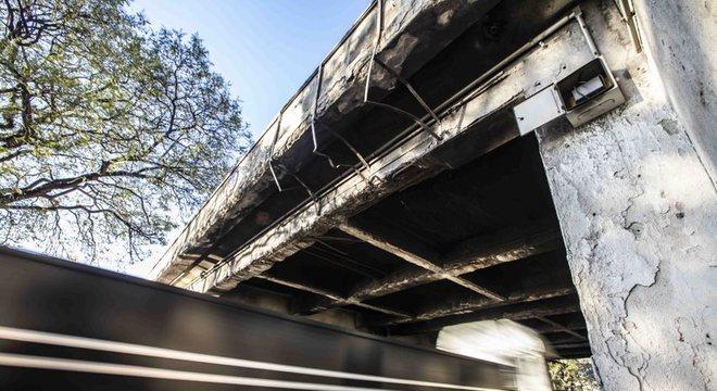 A ponte das bandeiras tem concreto rachado e vigas expostas