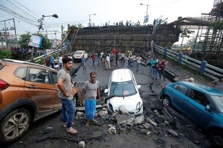 Dezenas estavam sobre a ponte que caiu na Índia