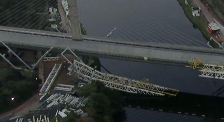 Ponte metálica caium sobre o rio Pinheiros