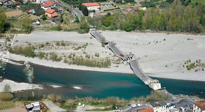 Imagem aérea da ponte que caiu no interior da Itália