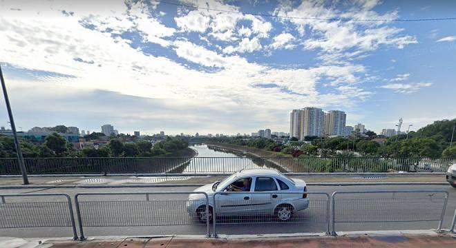 Moto pegou fogo após atingir alambrado na ponte Vila Guilherme