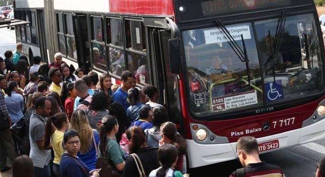 Passagem de ônibus urbano refletiu altas das tarifas no Rio e em Rio Branco