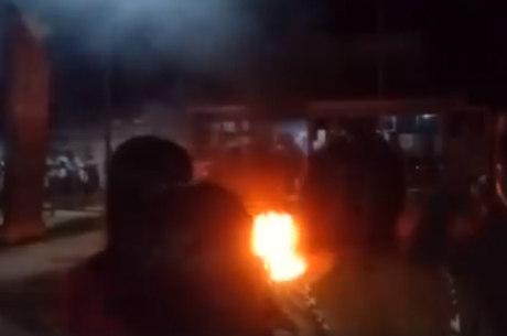 População se reúne para ver acusado sendo queimado