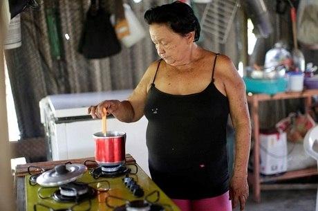 Maria de Nazará prepara chá com folha de jambú