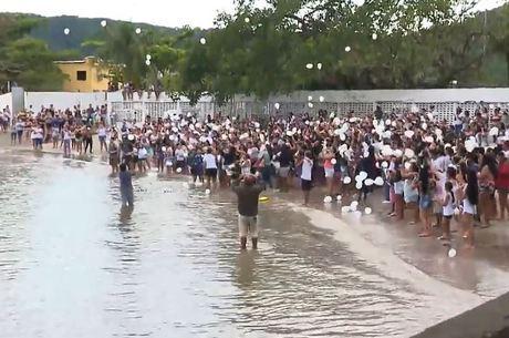 Populares soltam balões em homenagem ao menino Benjamim