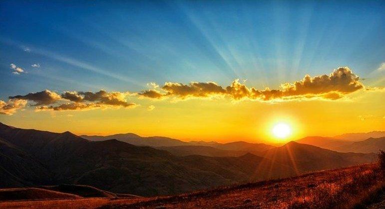 No dia do solstício de inverno o Sol nasce mais tarde e se põe mais cedo