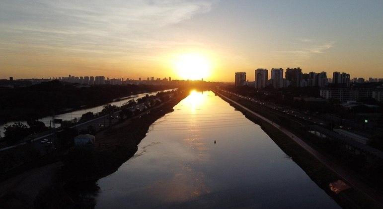 Pôr do Sol visto da ponte da Cidade Universitária, na cidade de São Paulo, neste domingo (27)