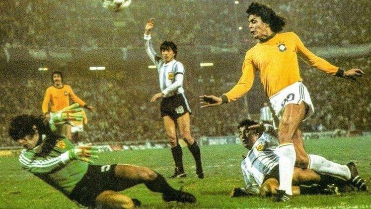 Por fim, com todo seu histórico pelo Vasco, Dinamite foi diversas vezes convocado e disputou duas Copas: 78, na Argentina, e 82, na Espanha. De 1975 a 1984, ele marcou 20 gols em 38 jogos e foi o artilheiro da seleção na Copa de 78 com três gols. ele também foi artilheiro da Copa América de 1983 também com 3 gols.