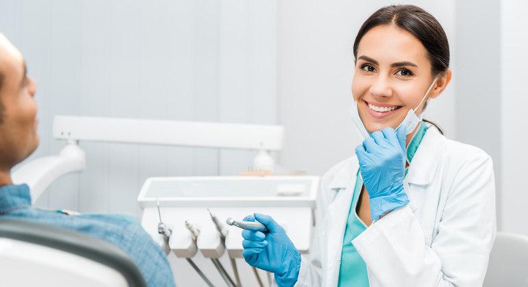 Por fim, é fundamental que você consulte um dentista com regularidade.