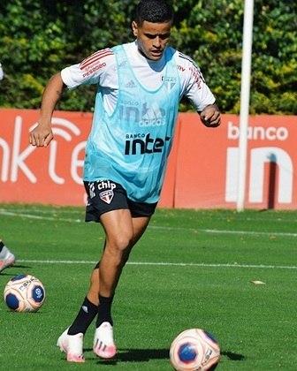 Por fim, Everton carrega a bola no gramado em atividade comandada pela comissão técnica no São Paulo, neste sábado.