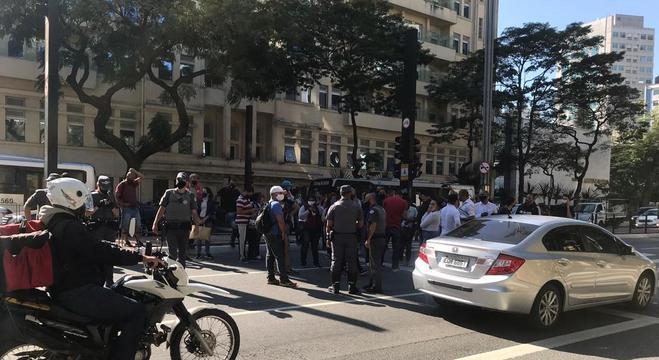 Cerca de 50 pessoas protestaram pelo auxílio