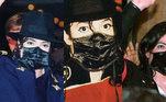 Doze anos após a morte de Michael Jackson, a internet lança uma teoria da conspiração de que o Rei do Pop usava máscara em suas viagens porque teria previsto a pandemia do novo coronavírus. Segundo Matt Fides, ex-segurança do astro, Jackson
