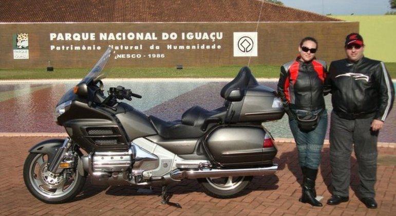 André Garcia e esposa passeando por Foz do Iguaçu de Honda Gold Wing em 2011, ambos utilizando calças HLX