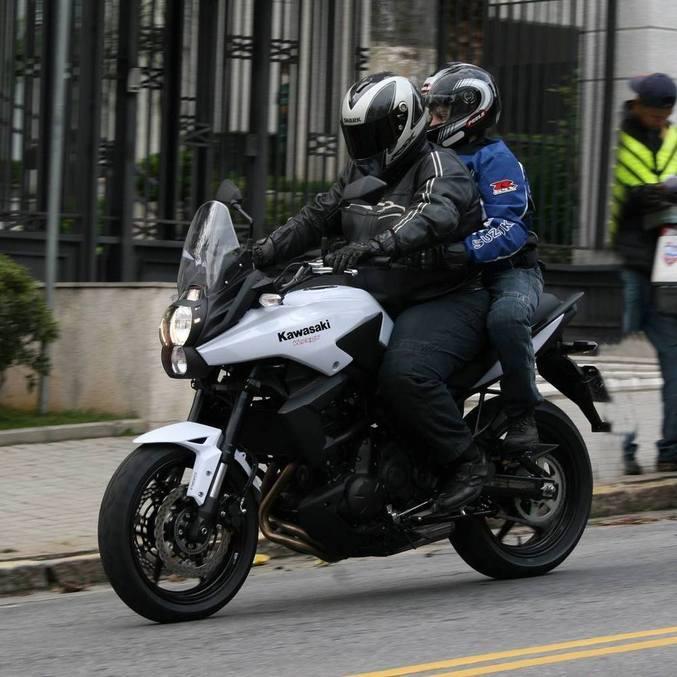 Eu e meu filho então com 12 anos avaliando moto e ambos com calça HLX
