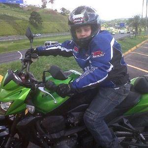 Meu filho Lucas então com 11 anos(2012), todo final de semana pedia para andar de moto, aprendeu que só equipado