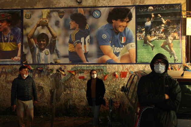 Por toda a cidade de Nápoles se encontram fotos de Maradona.