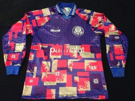 Porém, a mais marcante é essa camisa de 1995, com formas geométricas coloridas e pontos na parte frontal