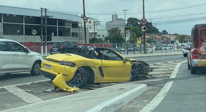 Porsche de R$ 450 mil ficou muito danificado depois do acidente