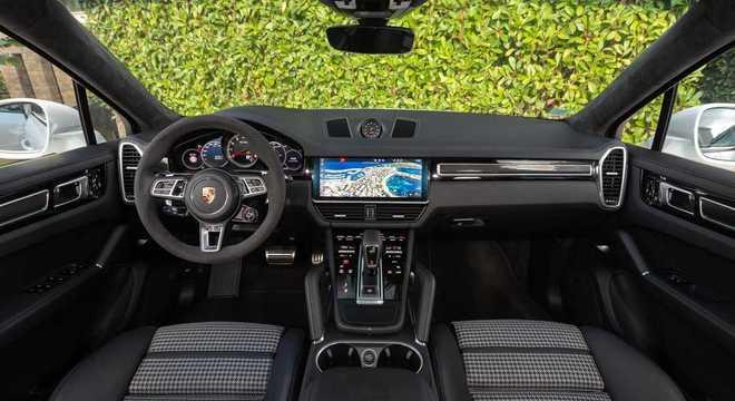 Interior segue o padrão da atual geração com destaque para a multimídia de 12 polegadas