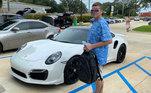 Para retirar o Porsche da concessionária, ele assinou um cheque equivalente a R$ 735,5 mil. Já na joalheria, o valor teria sido de R$ 325,50Vale o clique:Casal choca a web ao comer e beber através da máscara em restaurante