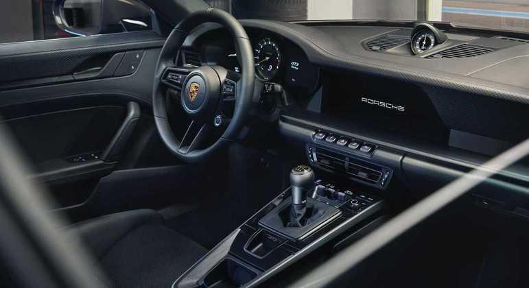 Carro esportivo de luxo tem revestimento em couro na cor preta