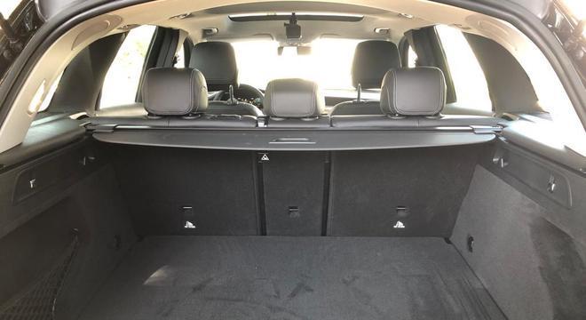 O porta malas de 550 litros tem botão lateral para rebaixar o assento traseiro e aumentar, se preciso, a capacidade de carga.
