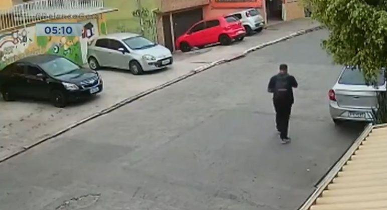 Imagens de segurança gravaram o momento em que o porteiro ia para o ponto de ônibus