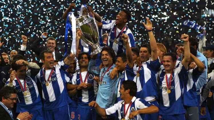 Porto - 2003 - Com José Mourinho no comando, o Porto da temporada 2002/2003 venceu o campeonato e a copa de Portugal e a Champions League. A Supercopa Portuguesa também ficou com os Dragões.
