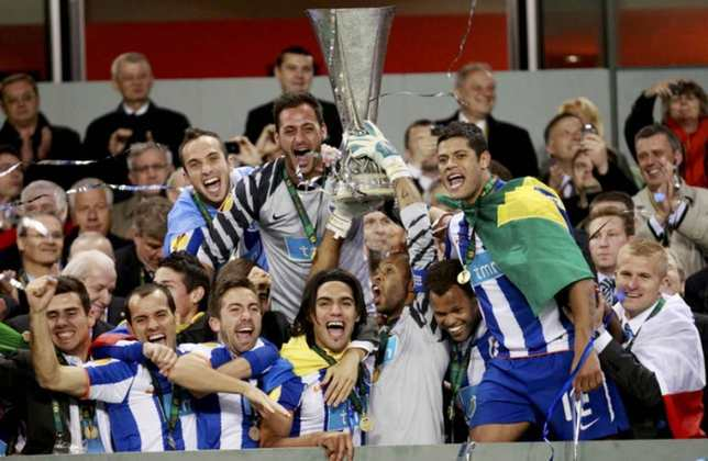 Porto - 2011 - Em 2011, o Porto garantiu a sua segunda tríplice coroa, com o título do Campeonato de Portugal, da Copa do país e da Europa League. Eles ainda levantaram a taça da Supercopa Portuguesa daquele ano.