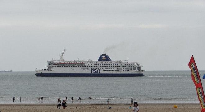 Águas calmas do Canal da Mancha facilitam travessia de imigrantes ilegais a barco