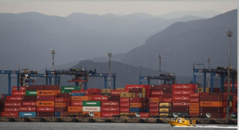 Vista de contêineres no porto de Santos (SP)