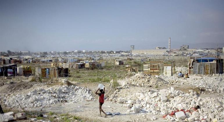 Porto Príncipe após terremoto de 2010; Marion, sua mulher e os 11 filhos perderam tudo no tremor